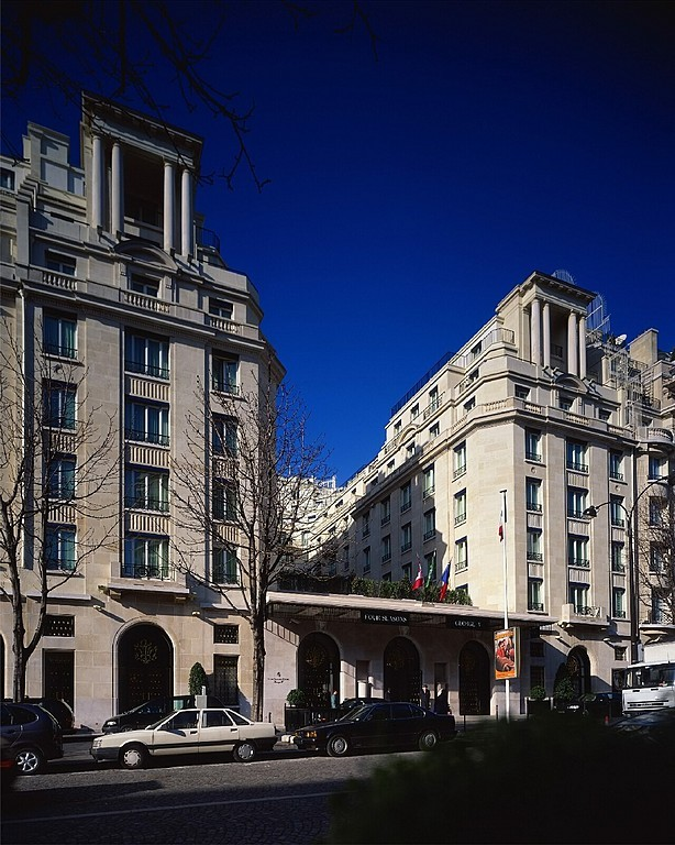 Hotel four seasons hotel george v paris 8e arrondissement for Hotel george v jardins