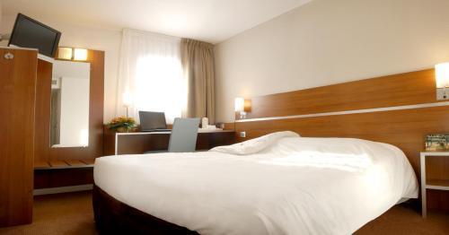 hotel kyriad hotel paris porte d 39 ivry ivry sur seine france. Black Bedroom Furniture Sets. Home Design Ideas
