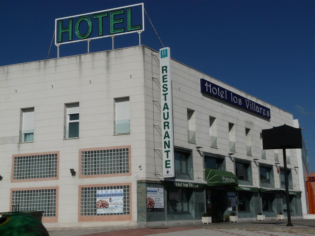 Hotel los villares villares de la reina spain for Hotel search